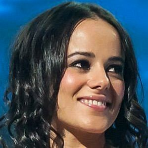 who is Alizee dating