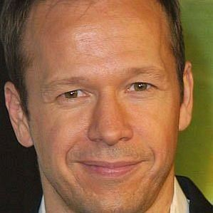 who is Donnie Wahlberg dating